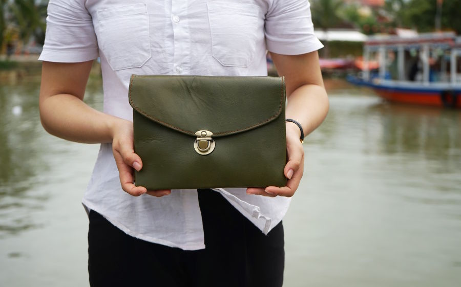 Hoi An Real Leather - Da Bao Real Leather Hoi An: Vintage style clutch bag in olive green, made of 100% buffalo leather.
