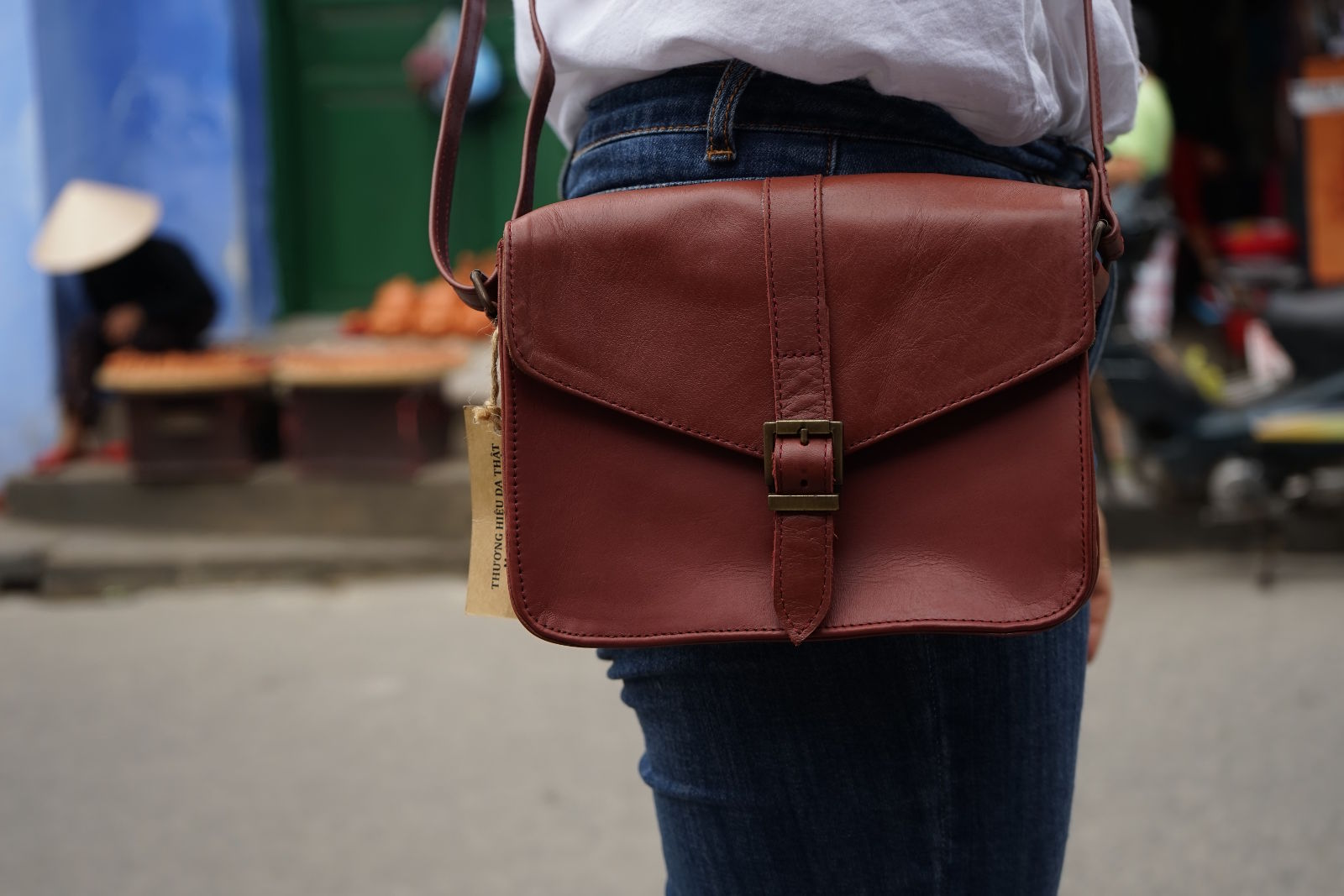 Hoi An Real Leather - Da Bao Real Leather: Timeless brown leather handbag with buckle. Made of 100% buffalo leather.
