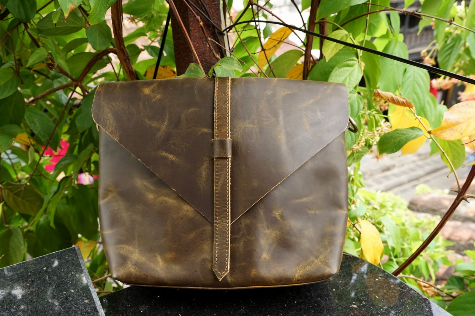 Hoi An Real Leather - Da Bao Real Leather: Leather Handbag closing with a strap. Marbled green.