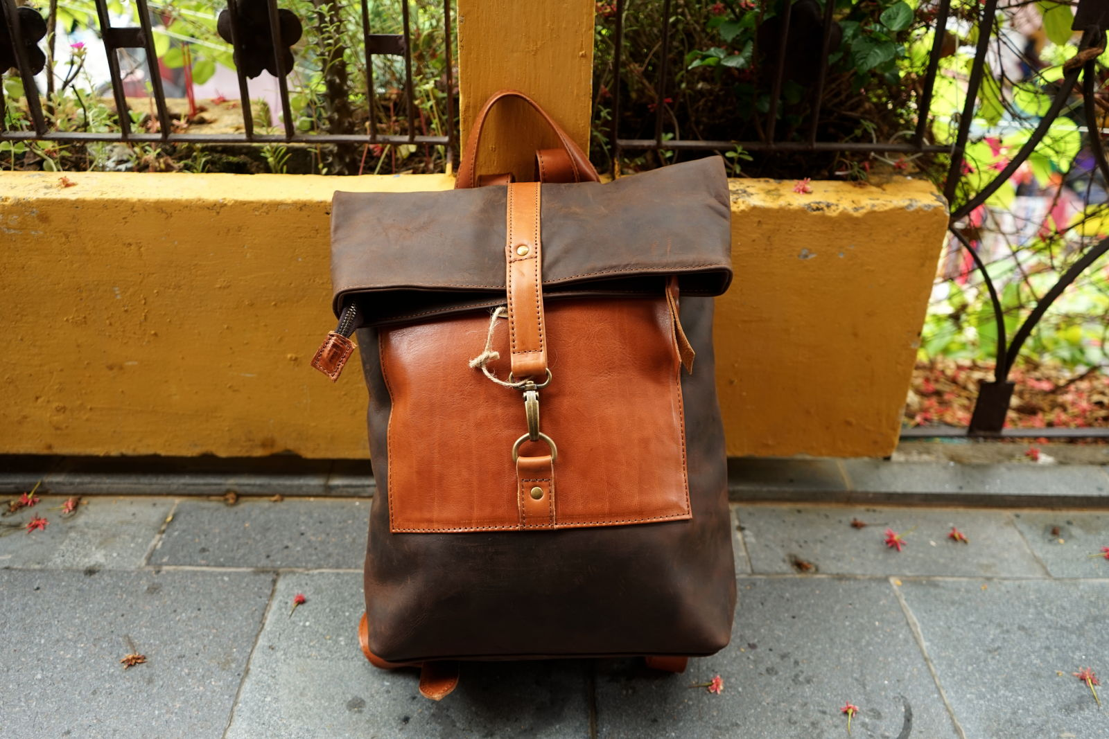 Hoi An Real Leather - Da Bao Real Leather: Multicolor Messenger Backpack. Light and dark brown, made of buffalo leather. Closing with a metal buckle and a zipper.