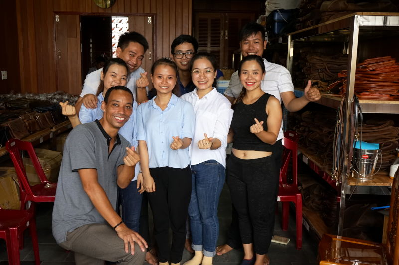 Hoi An Real Leather - Da Bao Real Leather: English workshop with our teacher.