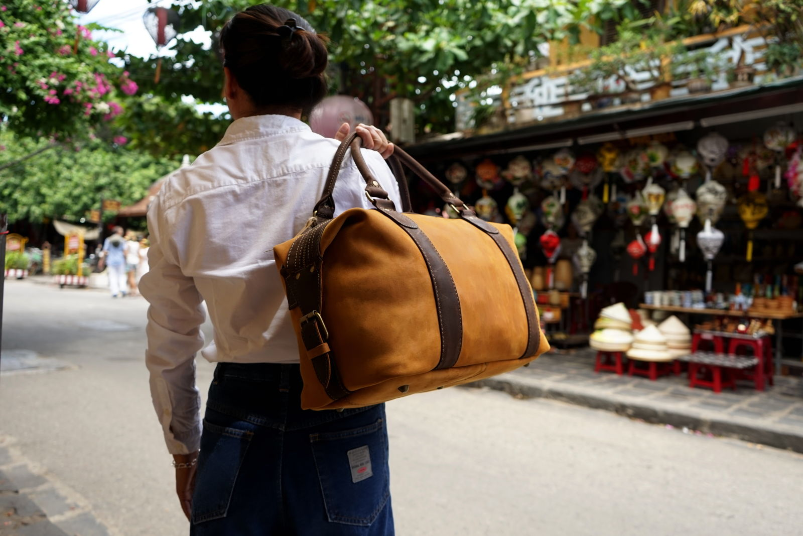 Hoi An Real Leather - Da Bao Real Leather: Small travel bag for a weekend away. Made of natural brown buffalo leather. For men and women.